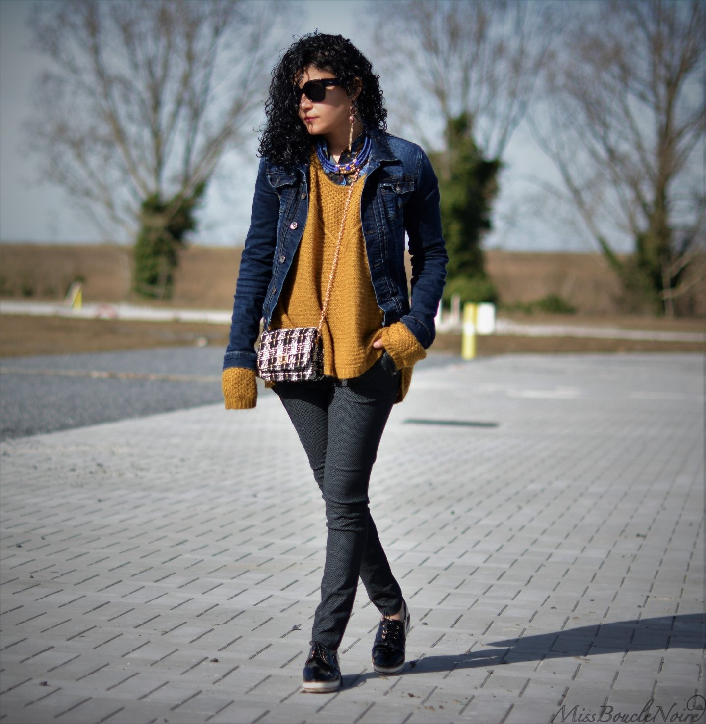 Travel outfit perfect for a sunny spring day