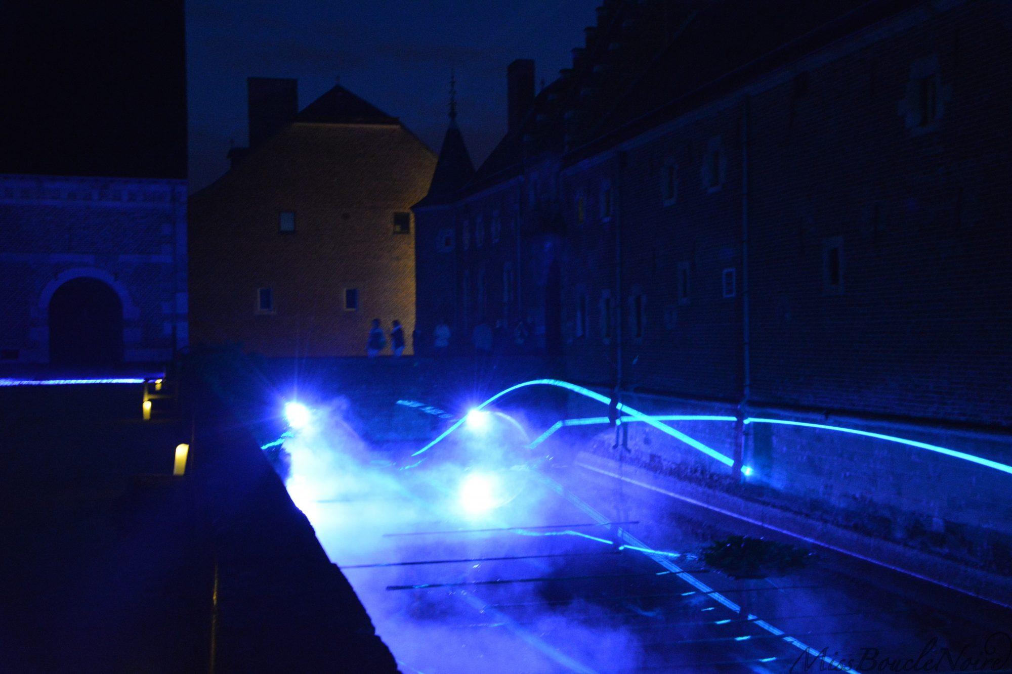 Un très beau jeu de lumières lasers dans les douves du château d'Alden Biesen...