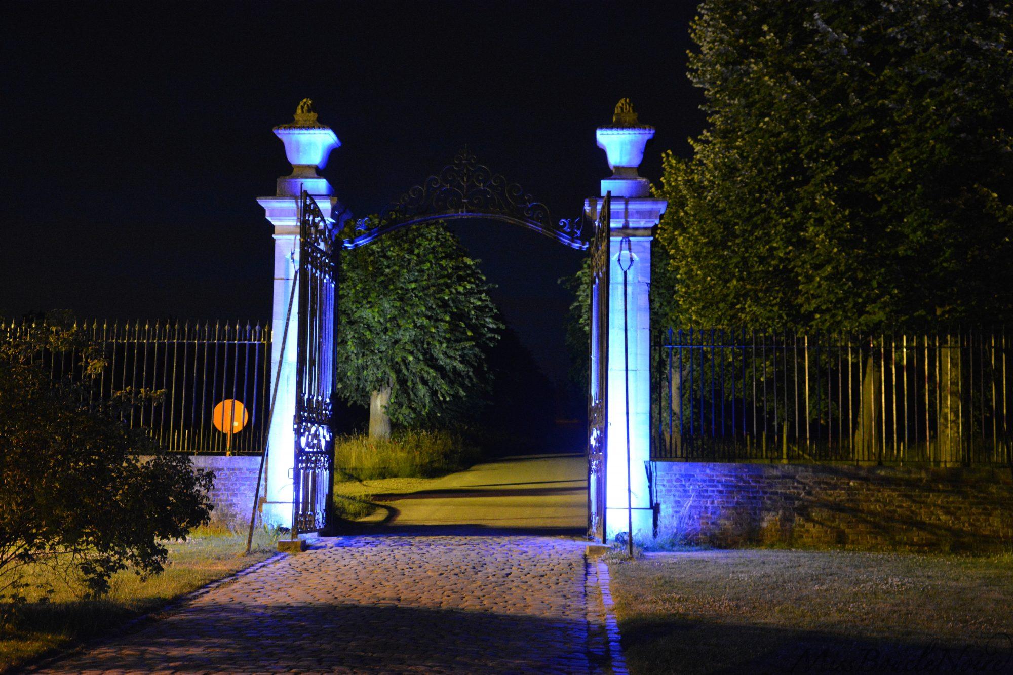 La porte avec un éclairage poétique et enchateur pour sortir dans les jardins arrières du château...