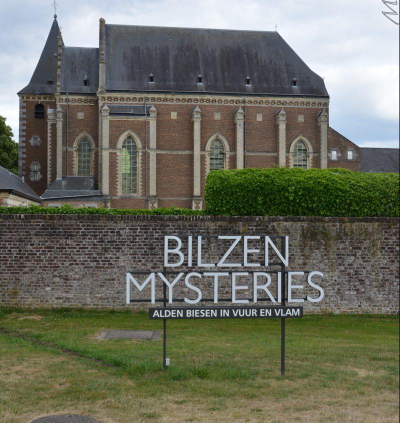 La première photo n'est pas du tout un spoiler c'est juste l'affiche bilzen mysteries devant l'église d'Alden Biesen, dont la visite fait partie du spectacle Bilsen Mysteries !